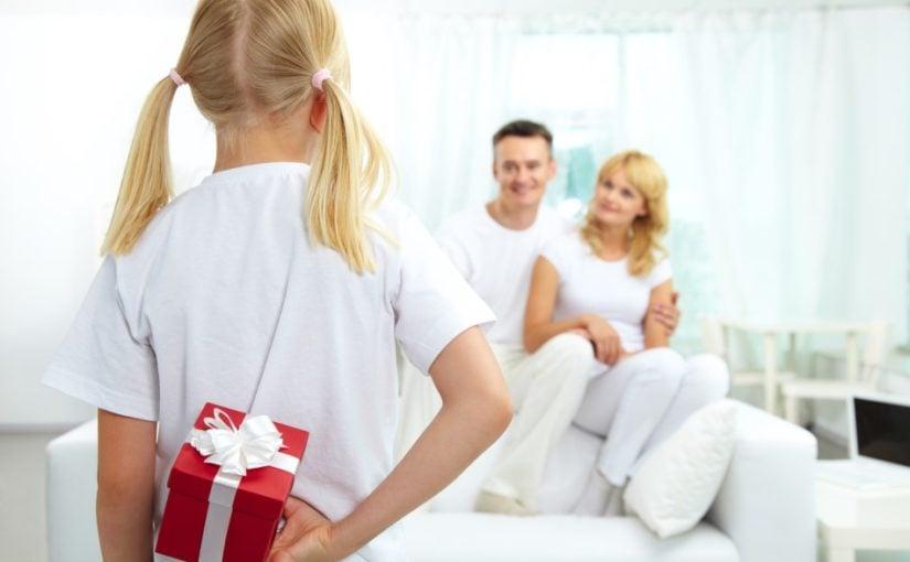 Pige der giver sine forældre en gave